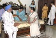 Manmohan, Sonia and Rahul visit YSR's wife in Hyderabad after the tragedy