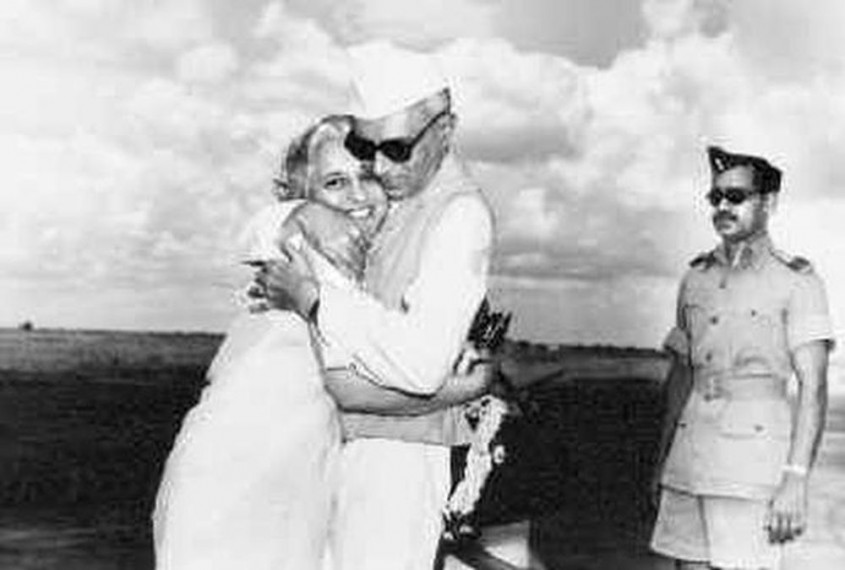 To Prove Hardik And Nehru Are Womanisers, BJP IT Cell Head Tweets Pictures Of Nehru Embracing..His Sister Vijayalakshmi Pandit