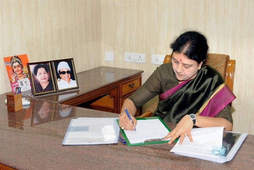 Tamil Nadu Governor Rao Plays Safe, Delays Sasikala's Swearing-In