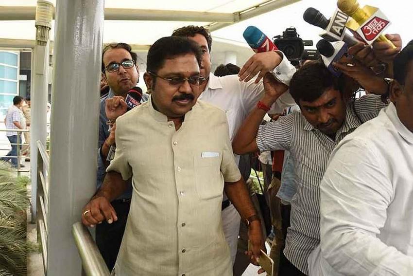 LIVE: 19 MLAs Supporting Dhinakaran Meet governor Ch Vidyasagar Rao, Seek Removal Of CM Palaniswami