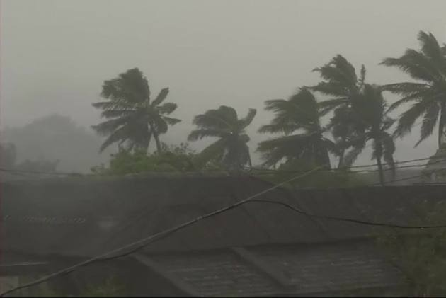1 killed, 10 Injured As Cyclone Titli Enters West Bengal