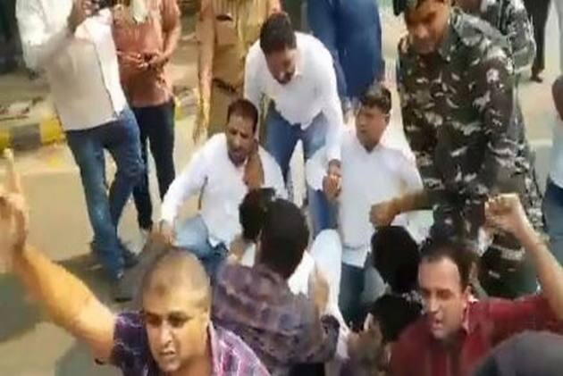 2 Years Of Demonetisation: Youth Congress Members Protest Outside RBI Headquarters In Delhi