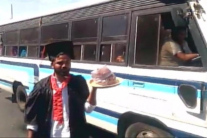 Students Donning Degree Robes Sell <em>Pakodas</em> Near PM Modi's Bengaluru Rally Venue