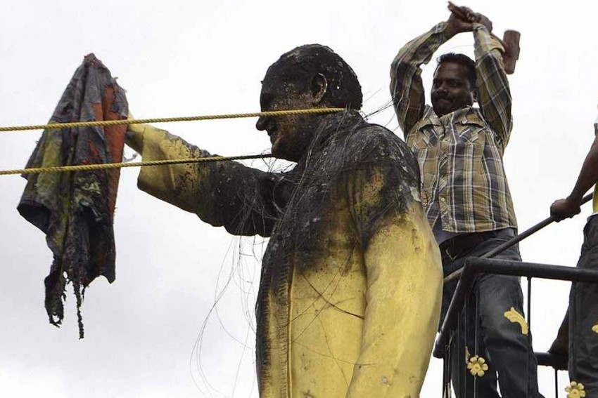 Left Workers Too Vandalise Rivals' Statues, But BJP Followers Got The Wrong Picture Trending