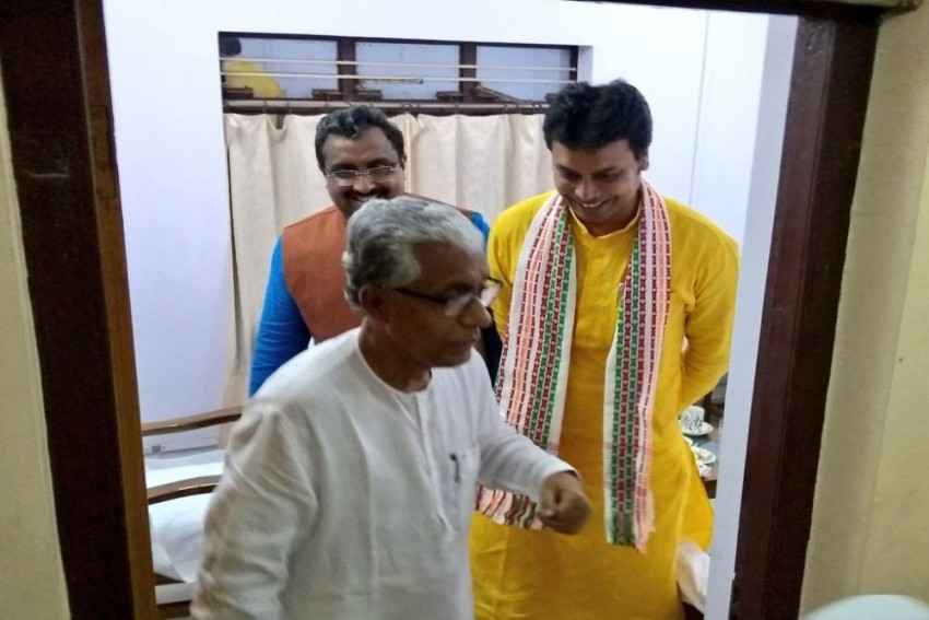 Manik Sarkar Welcomes Unusual Guests To His New One-Room Home, BJP's Ram Madhav Hails Former Tripura CM
