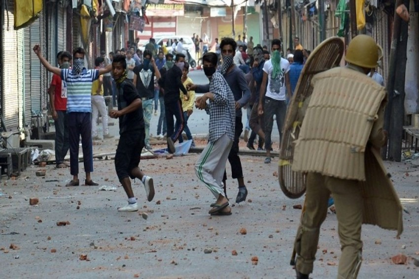 J&K Police Issue Order To Deny Security Clearance For Passport, Govt Services For Stone Pelters