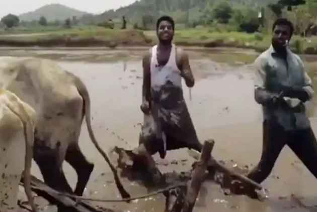 'Kiki Dance Challenge': These Two Telangana Farmers Become Latest Internet Sensation
