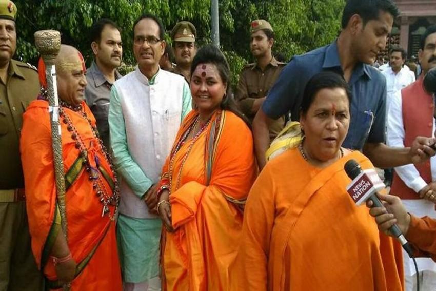 Shivraj Singh Chouhan, Uma Bharti Seen With Hindu Mahasabha Leader Who Shot At Gandhi Effigy
