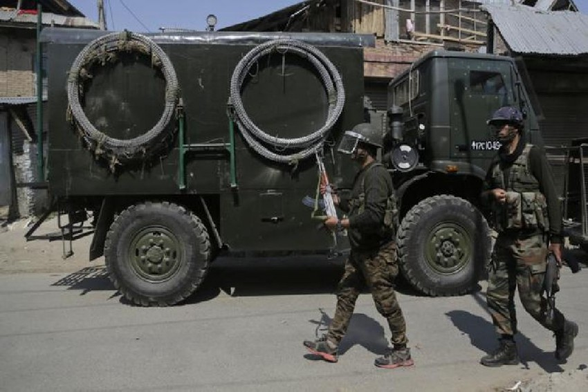 Journalist, Traffic Cop Among 10 Injured In Grenade Attack in Kashmir