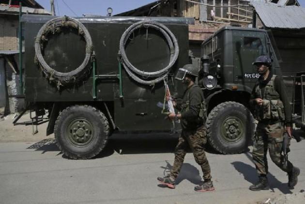 Journalist, Traffic Cop Among 10 Injured In Grenade Attack in Kashmir