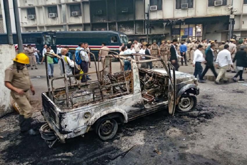 Police, Lawyers Clash At Tis Hazari Court; 10 Cops Injured, 17 Vehicles Vandalised