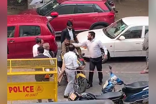 Video Shows A Lawyer Roughing Up A Cop In Broad Daylight Near Saket Court