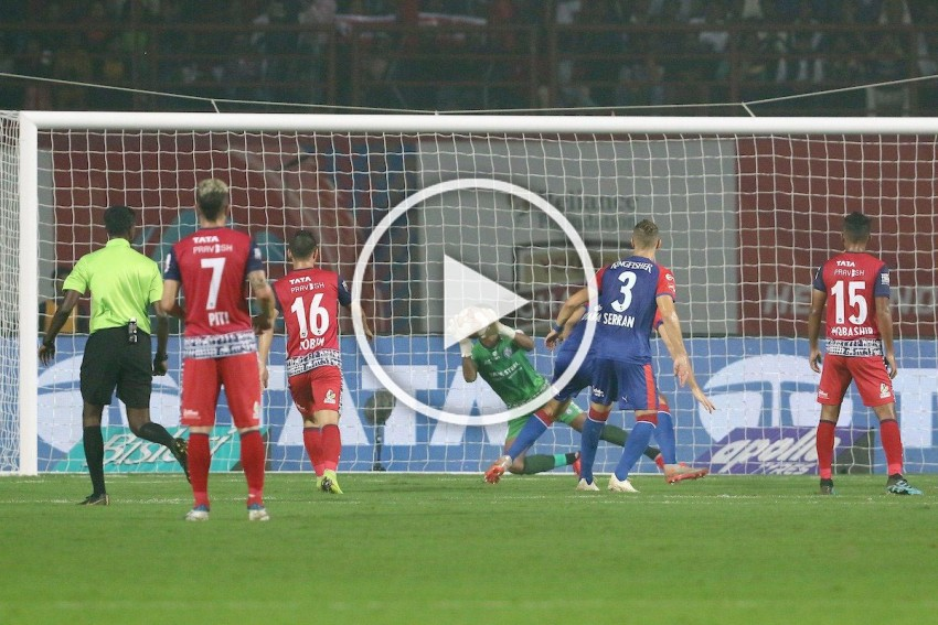 Indian 'Spiderman' Subrata Paul Single-Handedly Stops Bengaluru FC: Watch Jamshedpur Goalkeeper's ISL Highlights