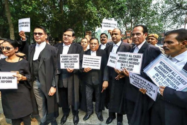 Lawyers' Agitation Continues For 4th Consecutive Day, Litigants Offered Flowers