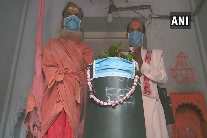 Varanasi: Priests, Devotees Put Mask On <em>Shivling</em> To Protect It From Air Pollution