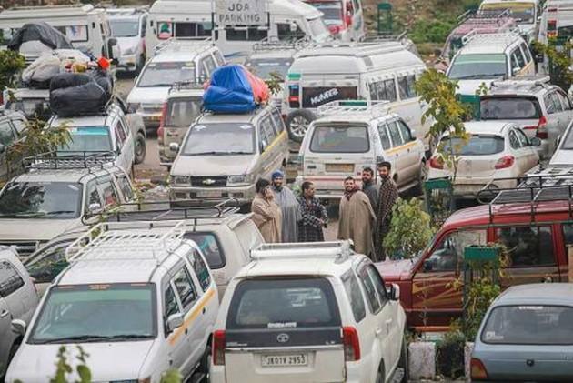 Over 1700 Vehicles Stranded As Jammu-Srinagar Highway
