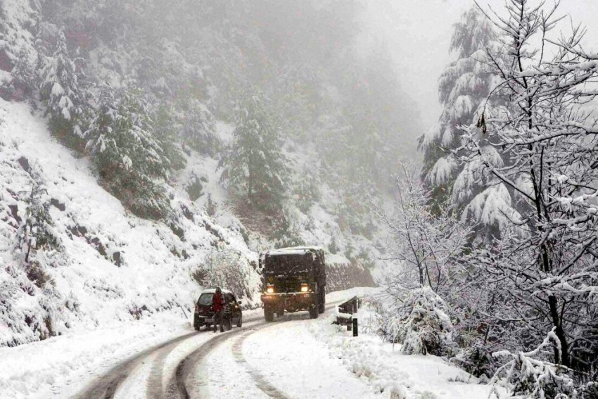 Kashmir Cut Off For 2nd Day As Heavy Snowfall Disrupts Flight Services, Closes Highway