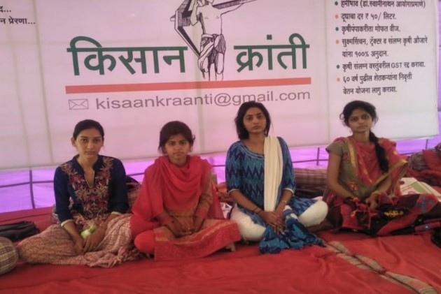 Maharashtra Police Break Indefinite Hunger Strike By Young Women To Press Farmers' Demands