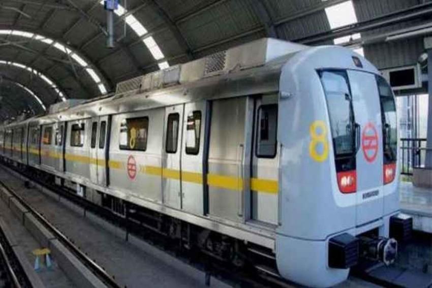 NSUI Members Stop Delhi Metro Train, Demand Concession in Fare For Students