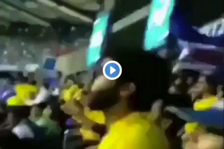 IPL 2019: This Is Strange! The Moment MS Dhoni Gets Out, A CSK Supporter Becomes MI Fan – WATCH