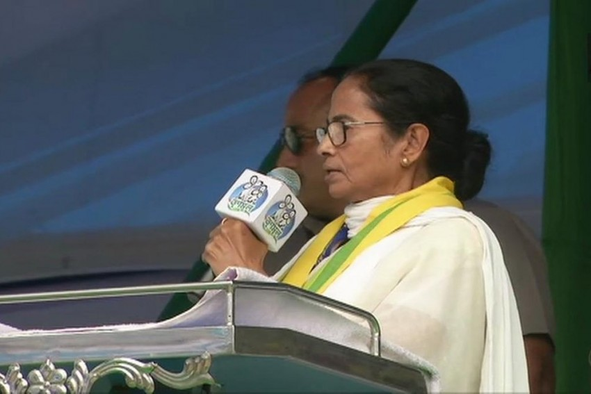 Mamata Calls PM Modi 'Dacoit And Liar', Says Will Throw <em>Chowkidar</em> Out Of Power And Politics