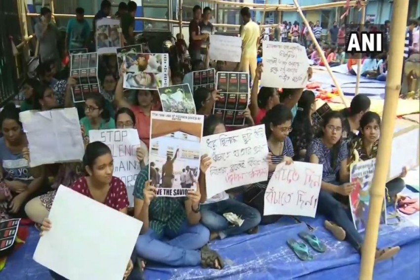 Junior Doctors' Protest In Calcutta Leads To Virtual Shutdown Of Healthcare Services In Bengal