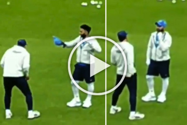 ICC Cricket World Cup 2019, IND Vs PAK: Animated MS Dhoni Gives Rishabh Pant Wicket-Keeping Tips Ahead Of India-Pakistan Clash – WATCH