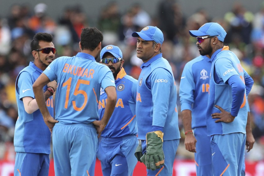 IND Vs PAK, ICC Cricket World Cup 2019: Massive Injury Scare For India, Bhuvneshwar Kumar Hobbles Out Against Pakistan