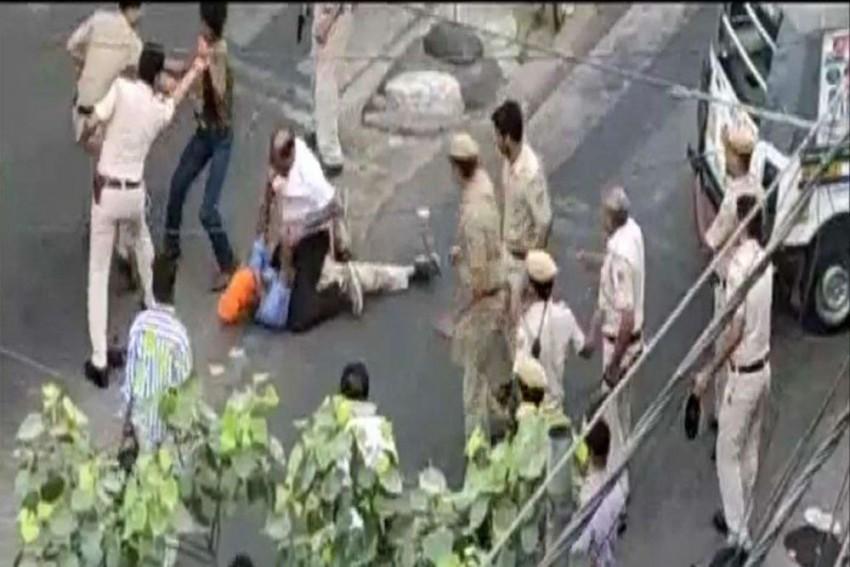 VIDEO: Police Beat Auto Driver, He Pulls Out A Sword And Retaliates In Delhi