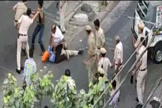 VIDEO: Police Beat Auto Driver, He Pulls Out A Sword And Retaliates In Delhi