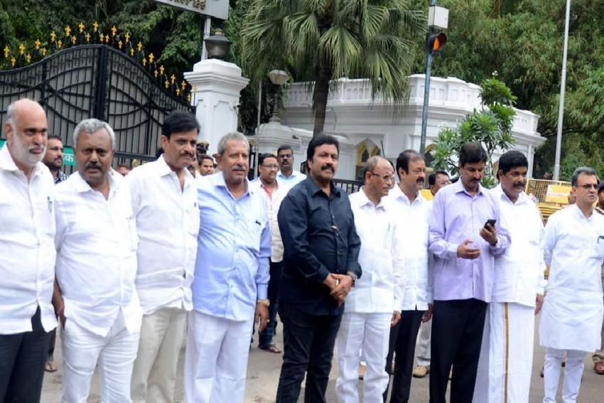 Karnataka crisis: Supreme Court To Hear Plea Of 10 Rebel MLAs On Acceptance Of Resignation Today