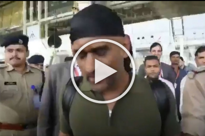 MS Dhoni Viral Video: Former India Captain Spotted Sporting New Look – WATCH