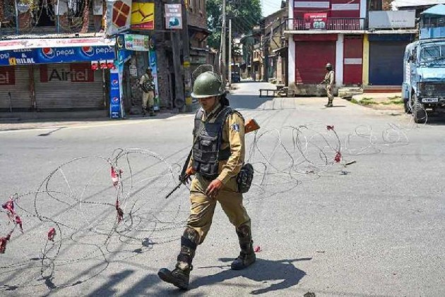 Amid Curfew And Communication Blackout, Over 100 Political Leaders, Activists Arrested In Kashmir