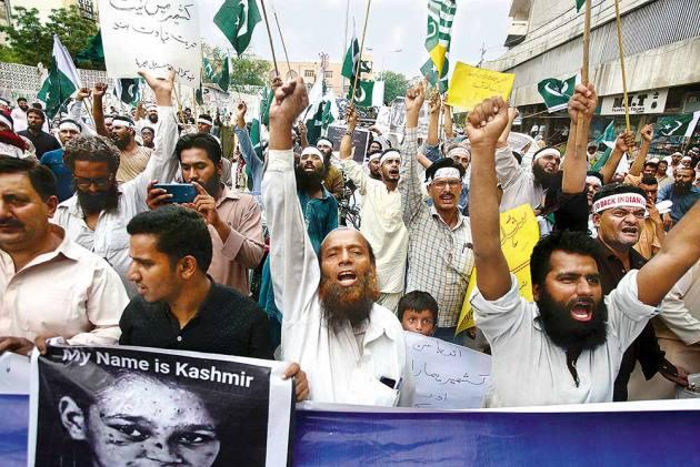 From Hero To Zero: India's Move To Bifurcate Kashmir Leaves Pakistan PM Imran Khan Clutching At Straws