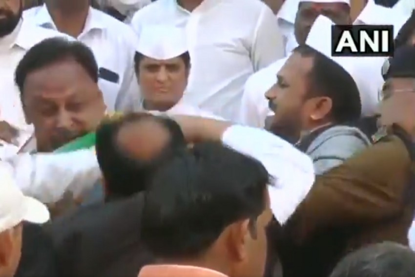 Two Congress Leaders Hit Each Other In Indore Before R-Day Flag Hoisting By CM Kamal Nath