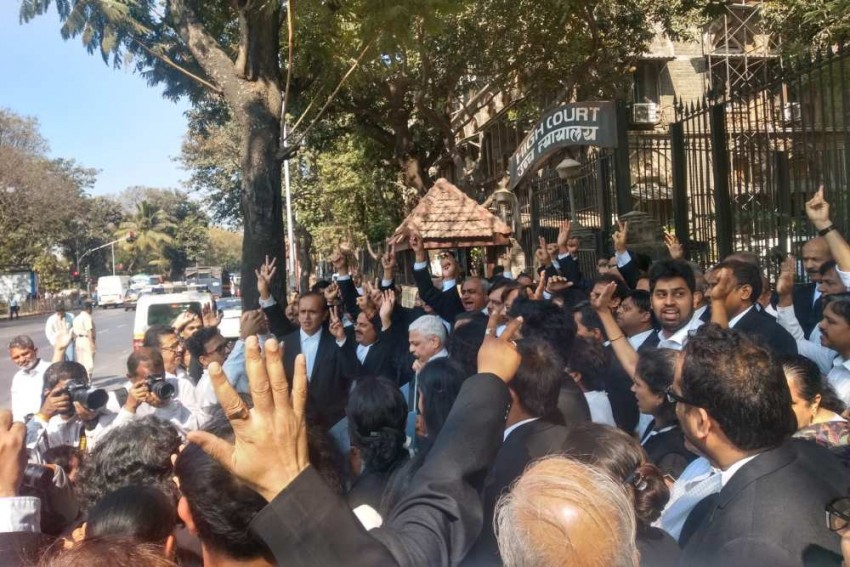 Mumbai Lawyers Take Out Rally In Support Of CAA Outside High Court