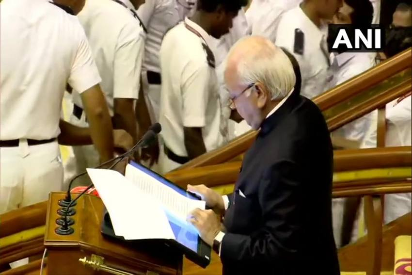 Kerala Assembly: Congress-Led UDF MLAs Block Guv Arif Mohammad Khan With 'Go Back' Placards
