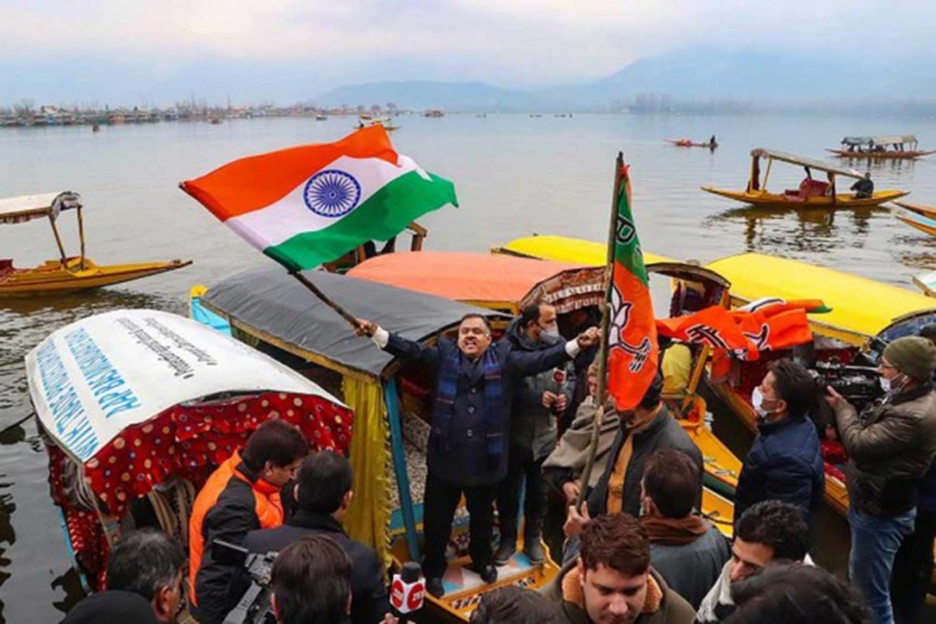 Online Jeers After Boat Carrying BJP Workers Capsizes In Dal Lake