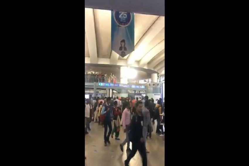 Group In Saffron Clothes Chants '<em>Goli Maaro...</em>' Slogan At Rajiv Chowk Metro Station