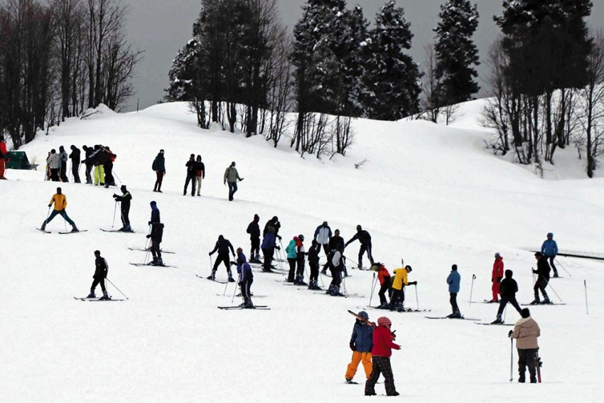 Whispers On White Nights: With Steep Fall In Tourist Arrivals, Gulmarg Becomes A 'Ghost City'