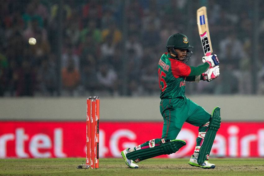 Shahid Afridi Buys Mushfiqur Rahim's Cricket Bat To Raise Funds For COVID-19 Relief Work In Bangladesh