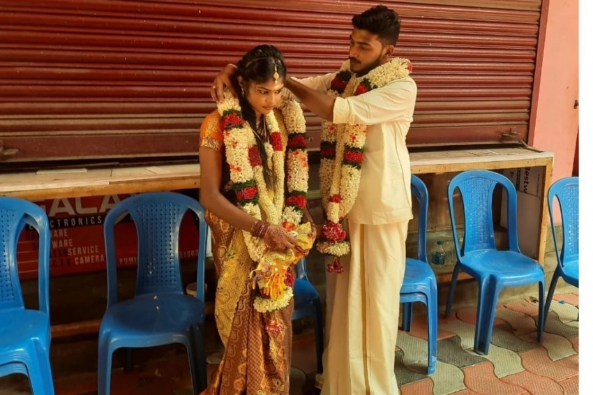 TN-Kerala Couple Ties Knot At Border Checkpost After Groom Fails To Get Travel Pass