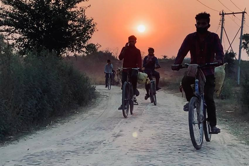 'To Understand These Brave People,' Filmmaker Travels 1,200 Km With Seven Migrant Labourers