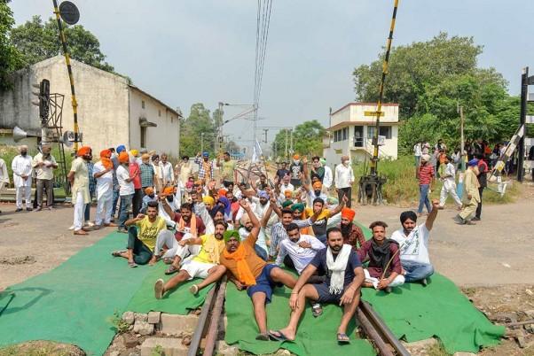 Farm Bills: Farmers Protest Bare Chest, Extend 'Rail Roko' Agitation Till 29 Sep