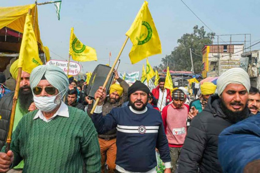 Punjab: Protesting Farmers Burn Copies Of Agri Laws On The Occasion Of Lohri