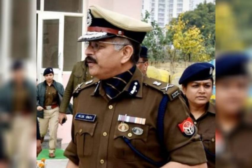 Big Feast: Noida Commissioner Turns 'Food Server' To Police Personnel
