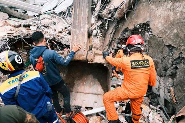 Death Toll Reaches 81 In Indonesia Earthquake, Aid Effort Intensifies In Mamuju-Majene