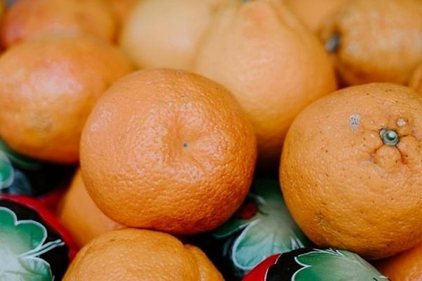 Bizarre! 4 Chinese Men Eat 30 Kg Oranges In Half An Hour To Avoid Paying Extra Baggage Fee