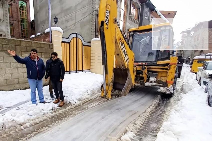 BJP Hires JCB To Clear Snow, Points 'Failure' Finger At J-K Govt