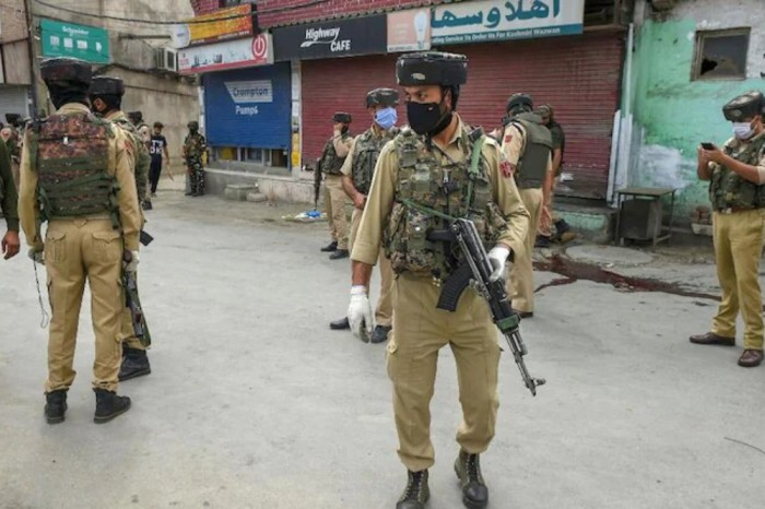 J&K Govt Asks 'Panicked' Migrant Staff Not To Leave Valley; Work Or Face Action